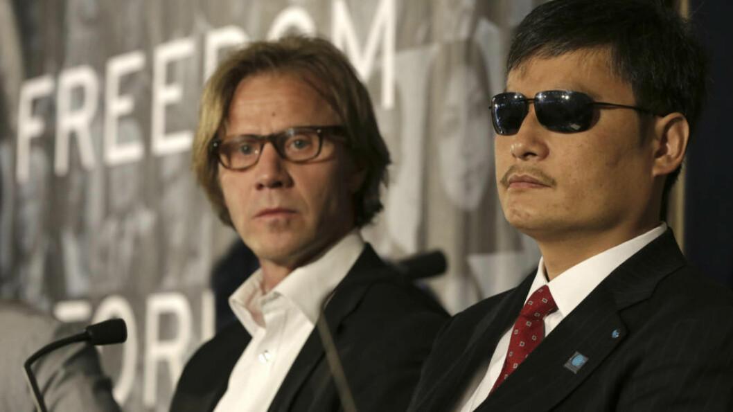 <strong>FRIHETSKJEMPER:</strong> Den kinesiske aktivisten Chen Guangcheng (t.h.) deltar i Oslo Freedom Forum denne uka. Her er han sammen med Amnesty Internationals John Peder Egenæs. Foto: Berit Roald / NTB Scanpix