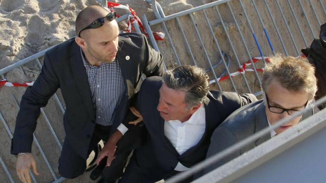 <strong>FRAKTET VEKK:</strong> Her blir den franske skuespilleren Daniel Auteuil og østerrikske Christoph Waltz evakuert etter at det ble avfyrt skudd under et tv-intervju i Cannes i kveld. Foto: Loic Venance / AFP Photo