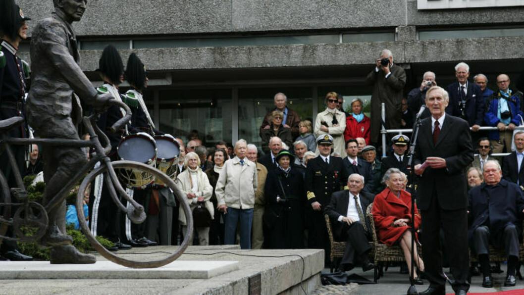 <strong>FORHJULET BORTE;:</strong> Forhjulet på sykkelen til denne statuen av Gunnar Sønsteby på Solli plass i Oslo er stjålet. Politiet har foreløpig få ledetråder å gå etter. Her fra avdukingen i 2007. Foto: Erlend Aas / SCANPIX