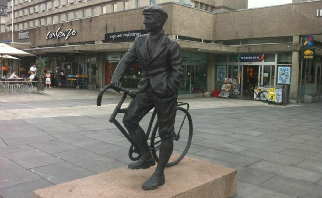 <strong>STJÅLET:</strong> Noen har vært så frekke å forsyne seg av forhjulet til sykkelen på statuen av frihetskjemperen og motstandsmannen Gunnar «Kjakan» Sønsteby på Solli plass i Oslo. Politiet mistenker det skjedde på selveste nasjonaldagen. Foto: Agnete Brun / Dagbladet