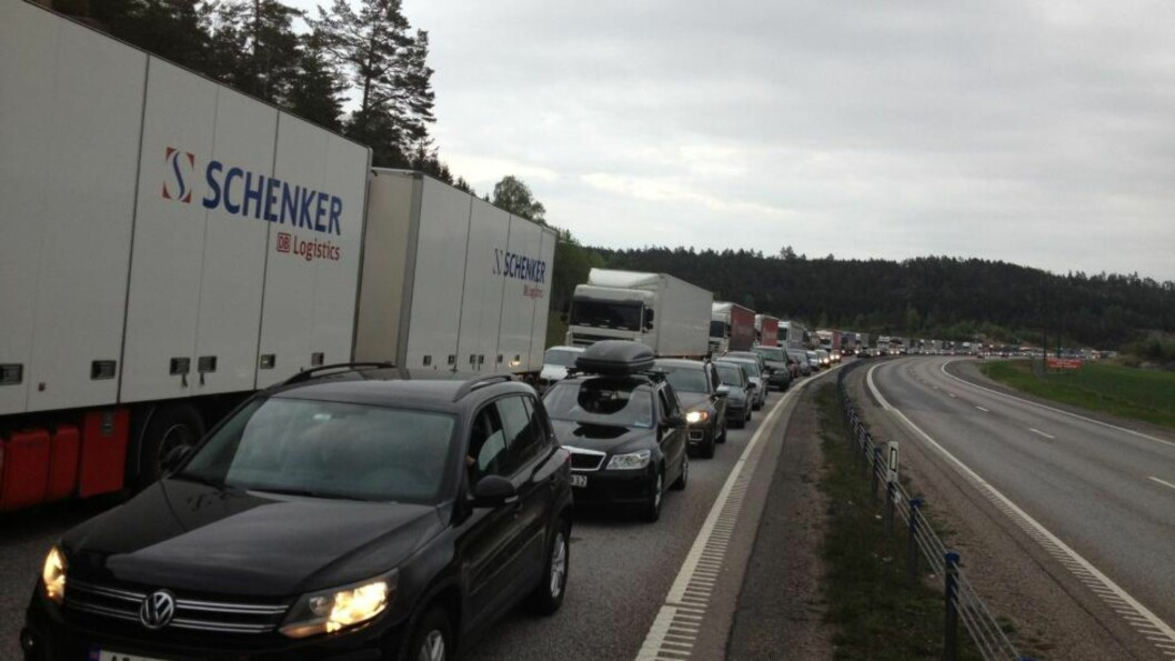 <strong> I SNEGLEFART FRA PINSETUR:</strong>  Slik var trafikksituasjonen på svensk side av Svinesund ved 21.30-tiden i kveld. FOTO: HENNING LILLEGÅRD/DAGBLADET.
