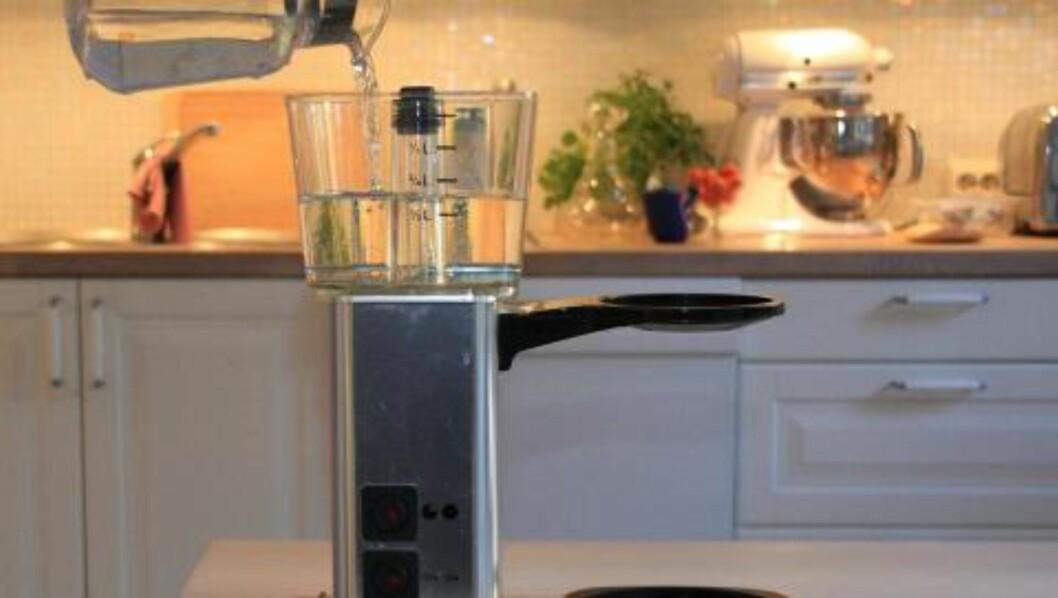 <strong>RENGJØRING AV KAFFEMASKIN:</strong> Kaffemaskinen bør rengjøres hver fjortende dag. Det gjør du ved å kjøre vann tilsatt rensemiddel gjennom maskinen, og avslutte med to runder rent vann. Foto: Alexander Berg jr.