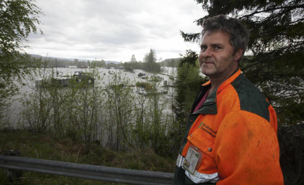 <strong>OVERSVØMT:</strong> Richard Smedsrud (51) klarte å berge ut campingvogna si akkurat i tide. Foto: Henning Lillegård / Dagbladet