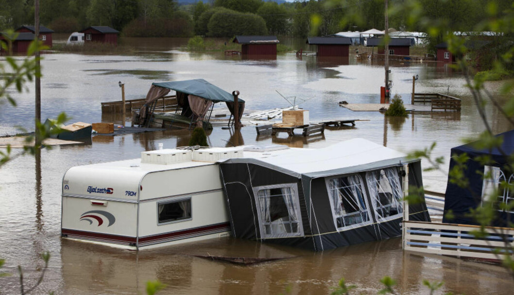 <strong>FLOM:</strong> Rena Camping står under vann. Ikke alle klarte å redde ut eiendelene sine i går kveld. Foto: Henning Lillegård / Dagbladet