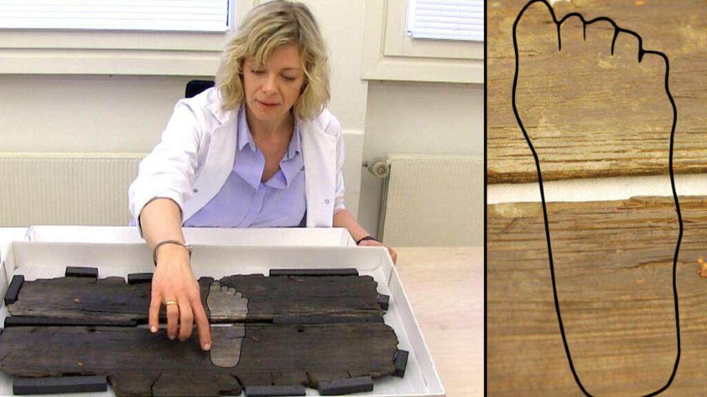 Hanne Lovise Aannestad på Kulturhistorisk museum i Oslo viser fram fotavtrykket som kom fram fra ei skuteside fra vikingetida.  Avtrykket er tydeliggjort av forskning.no.  Illustrasjon: Hanne Jakobsen/Per Byhring