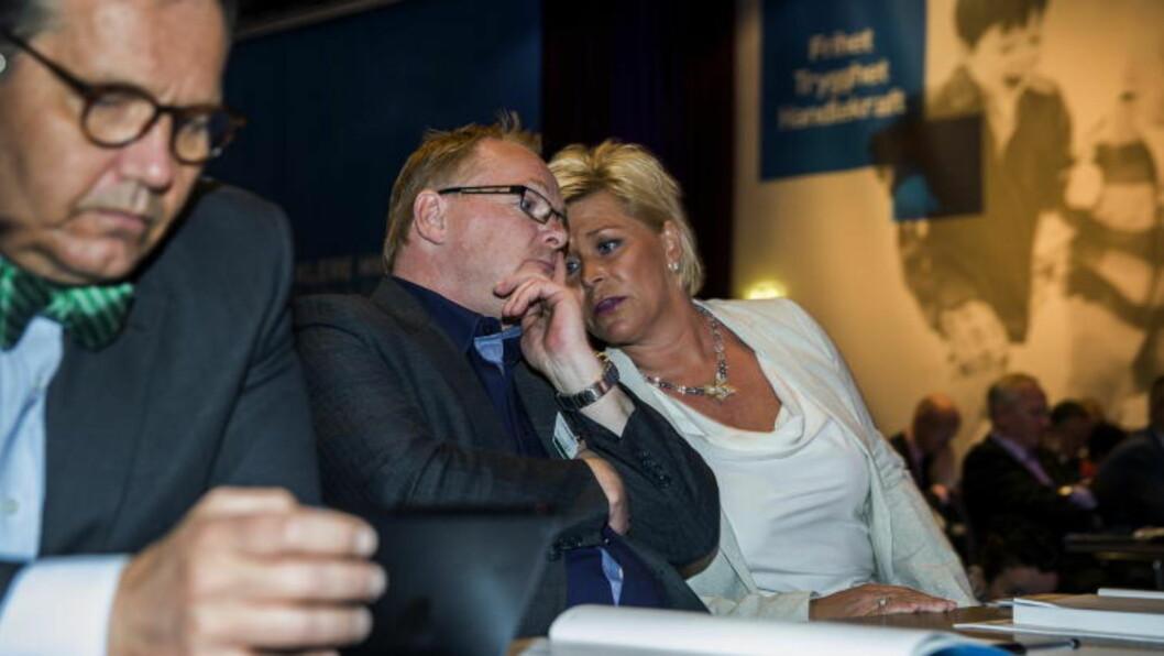 LITT Å SNAKKE OM: Nestleder Per Sandberg diskuterer med partileder Siv Jensen, Per-Arne Olsen til venstre. Foto: Nina Hansen / Dagbladet