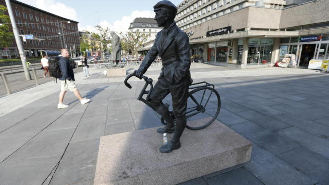 18. MAI:  Slik har Kjakan-statuen stått siden 17. mai-feiringen. I morges ble den funnet veltet av sokkel. Foto: Lise Åserud / NTB Scanpix.
