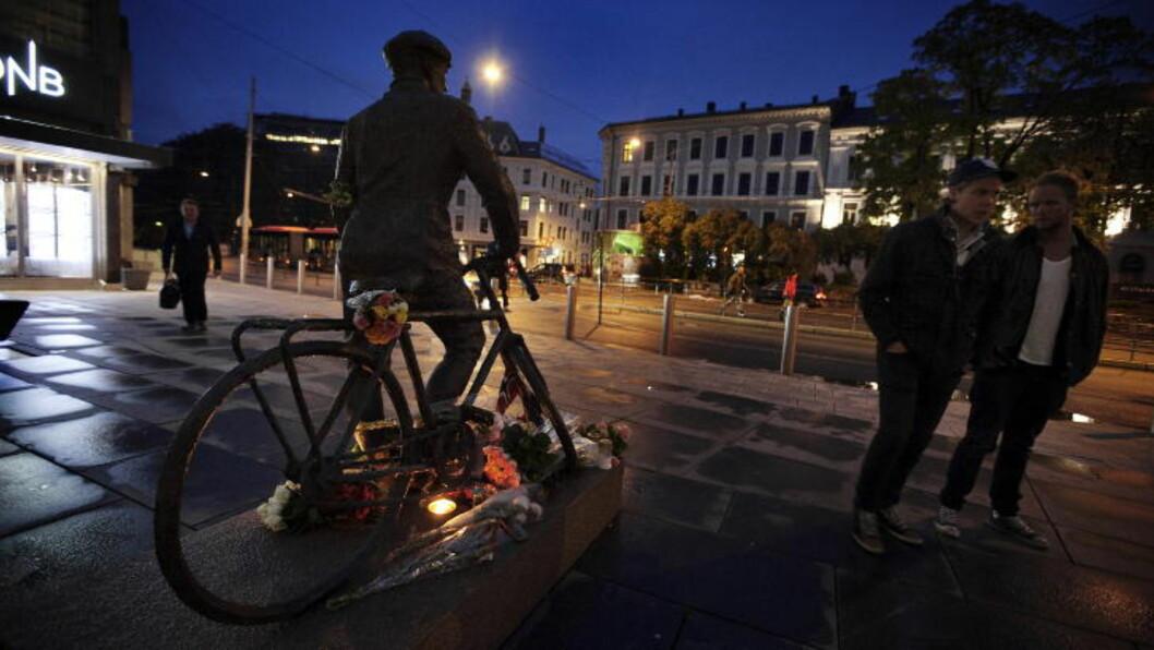 <strong> MINNESTUND:</strong>  Publikum la blomster på statuen etter at krigshelten Gunnar Sønsteby døde i mai 2012. FOTO: CHRISTIAN ROTH CHRISTENSEN/DAGBLADET.