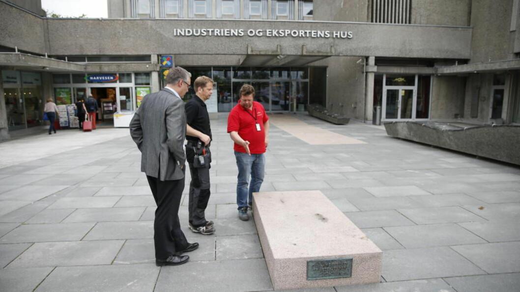 <strong> HER STO DEN:</strong>  Representanter for Høegh Eiendom på Solli Plass sjekker den tomme sokkelen i formiddag etter at den ødelagte statuen av krigshelten nå er fjernet og sendt til reparasjon. FOTO: BJØRN LANGSEM/DAGBLADET.