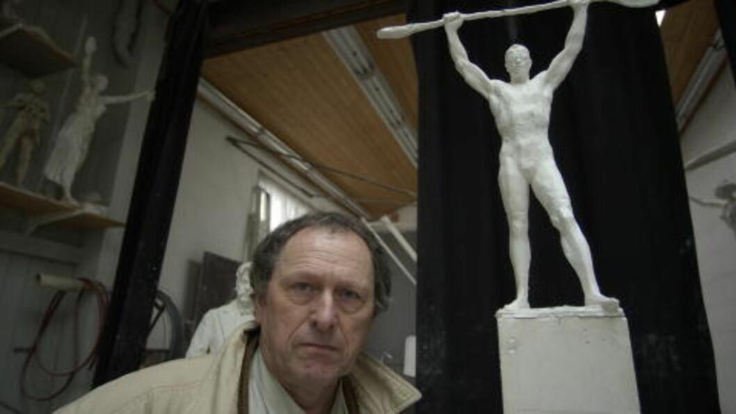 <strong> KUNSTEREN SER LYSPUNKTER:</strong>  Per Ung, her med et annet arbeid av padler og OL-vinner Knut Holmann, håper at Gunnar Sønsteby-skulpturen nå kommer dit han mener den hører hjemme. FOTO: OLE C. H. THOMASSEN / DAGBLADET.