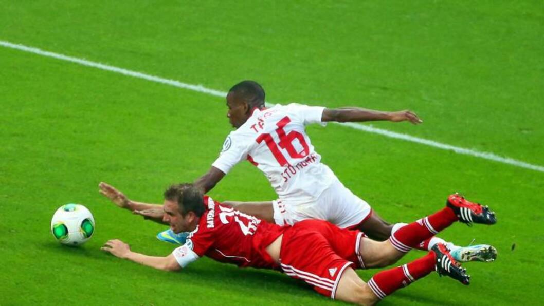 <strong>OMDISKUTERT:</strong> Philipp Lahm blir felt av Stuttgarts Ibrahima Traore, og Bayern München får straffespark.  Foto: EPA/HANNIBAL HANSCHKE/NTB Scanpix