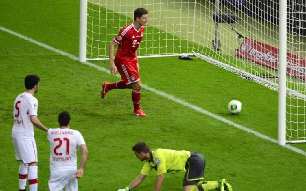 <strong>3-0:</strong> Mario Gomez ble kveldens helt med sine to scoringer. Like etterpå ble han tatt av banen. Foto: AFP PHOTO / JOHN MACDOUGALL / NTB Scanpix