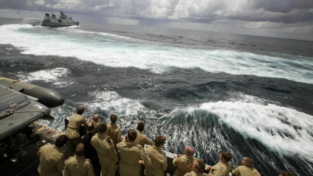"""ERSTATTER DANSKER: KNM Fridtjof Nansen er på vei sørover for å lede Nato-operasjonen Ocean Shield i Det indiske hav. I dag møtte de den danske fregatten """"Iver Huitfeldt"""" som er på vei hjem etter å ha deltatt i den samme operasjonen.  Foto: Sjøforsvaret / NTB Scanpix"""