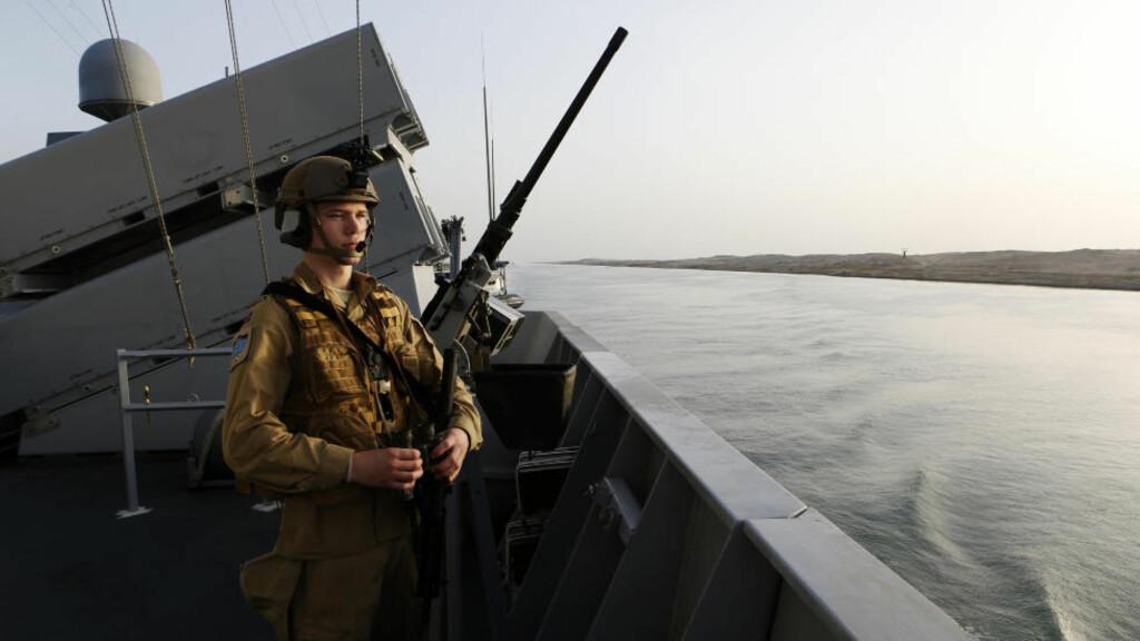 PÅ VAKT Fregatten KNM Fridtjof Nansen passerer gjennom Suez kanalen på veg til oppdrag i Adenbukta. Fartøyet er flaggskip i SNMG1 (Standing NATO Maritime Group 1). Fregatten seilte ut i Rødehavet søndag ettermiddag. Foto: Torbjørn Kjosvold / Forsvaret / NTB Scanpix