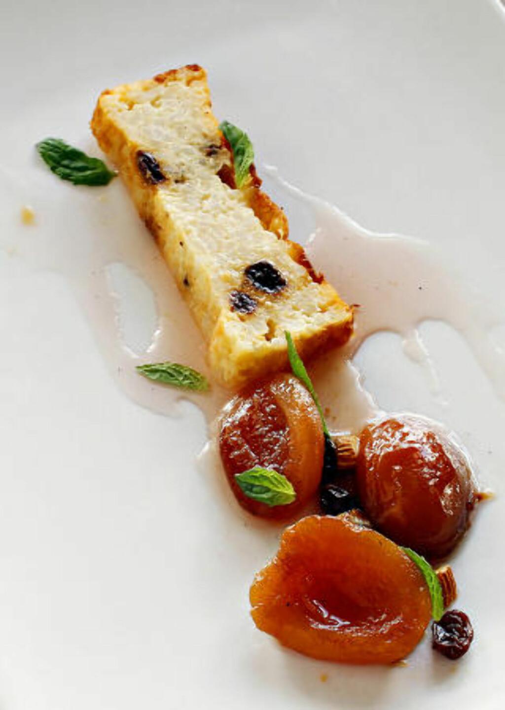 Riskake: Servert med syltet plommer og  rommarinerte rosiner og mandler. Foto: OLE C.H. THOMASSEN