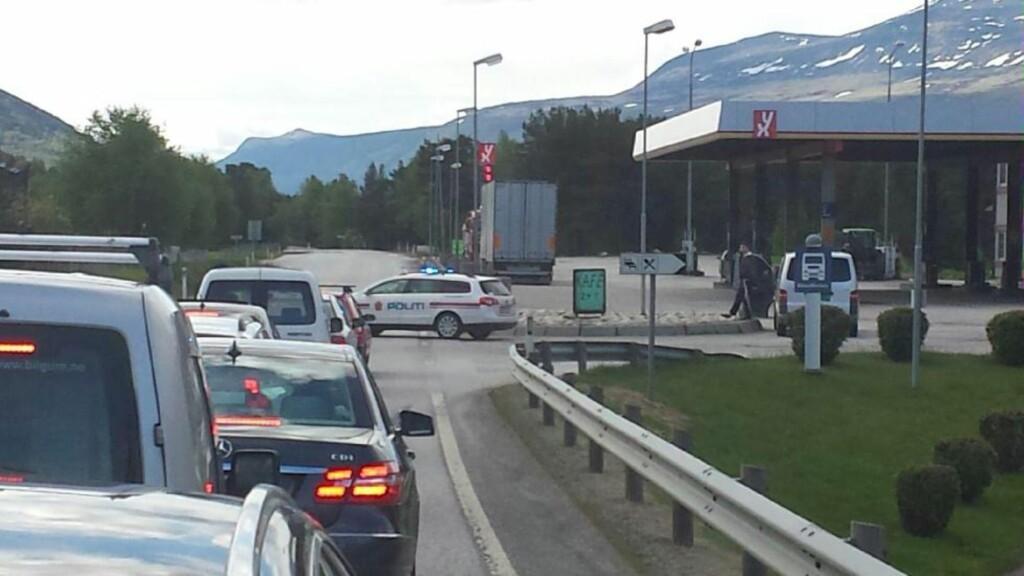 SPERRINGER: Politiet har stanset all trafikk på E6 i begge retninger. Her fra sperringene på Dovre. Foto: Joakim Halvorsen