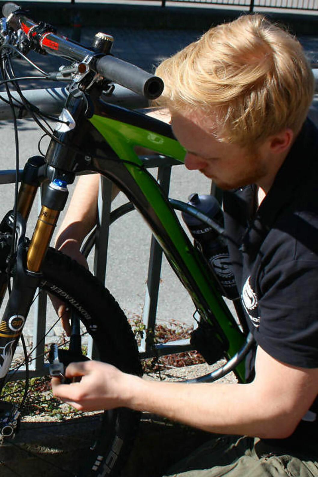 <strong>LETT Å FESTE:</strong> Med en kabellås er det lett å låse sykkelen fast til et gjerde eller lignende. Men eksperten advarer om at profesjonelle bander ofte har utstyr som gjør at de klarer å klippe over ganske tykke låser.  Foto: Gro Strømsheim