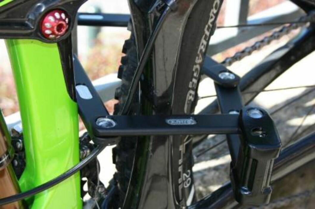 <strong>SMART OG SOLID:</strong> Denne lenkelåsen ser ut som en kloss når den er slått sammen, men foldes ut og blir en solid lenke rundt sykkelen. Den koster rundt 6-800 kroner.  Foto: Gro Strømsheim