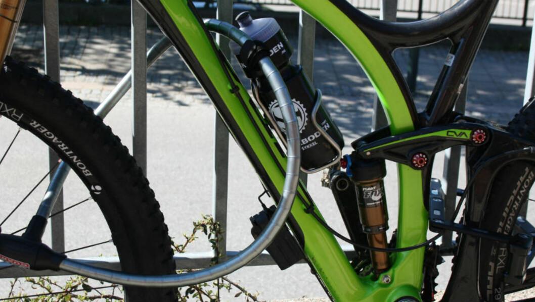 <strong>TO LÅSER:</strong> Sykkelekspertene anbefaler å investere i to solide låser for å være trygg på at sykkelen ikke blir stjålet.  Foto: Gro Strømsheim