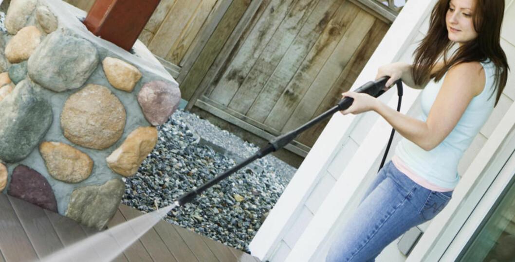 <strong>FORSIKTIG:</strong> Den kraftige vannstrålen fra høytrykkspyleren kan slå vann inn bak plankene og føre til fuktskader. ILLUSTRASJONSFOTO: Thinkstock