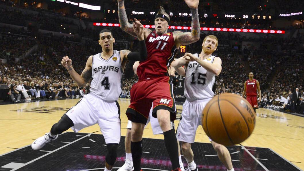 <strong>NY SEIER:</strong> San Antonio Spurs Danny Green og  Matt Bonner stopper Miami Heats Chris Andersen fra å score i den tredje NBA-finalen. Spurs vant 113-77, og leder 2-1 sammenlagt. Foto: REUTERS/John Mabanglo/ Pool / NTB Scanpix