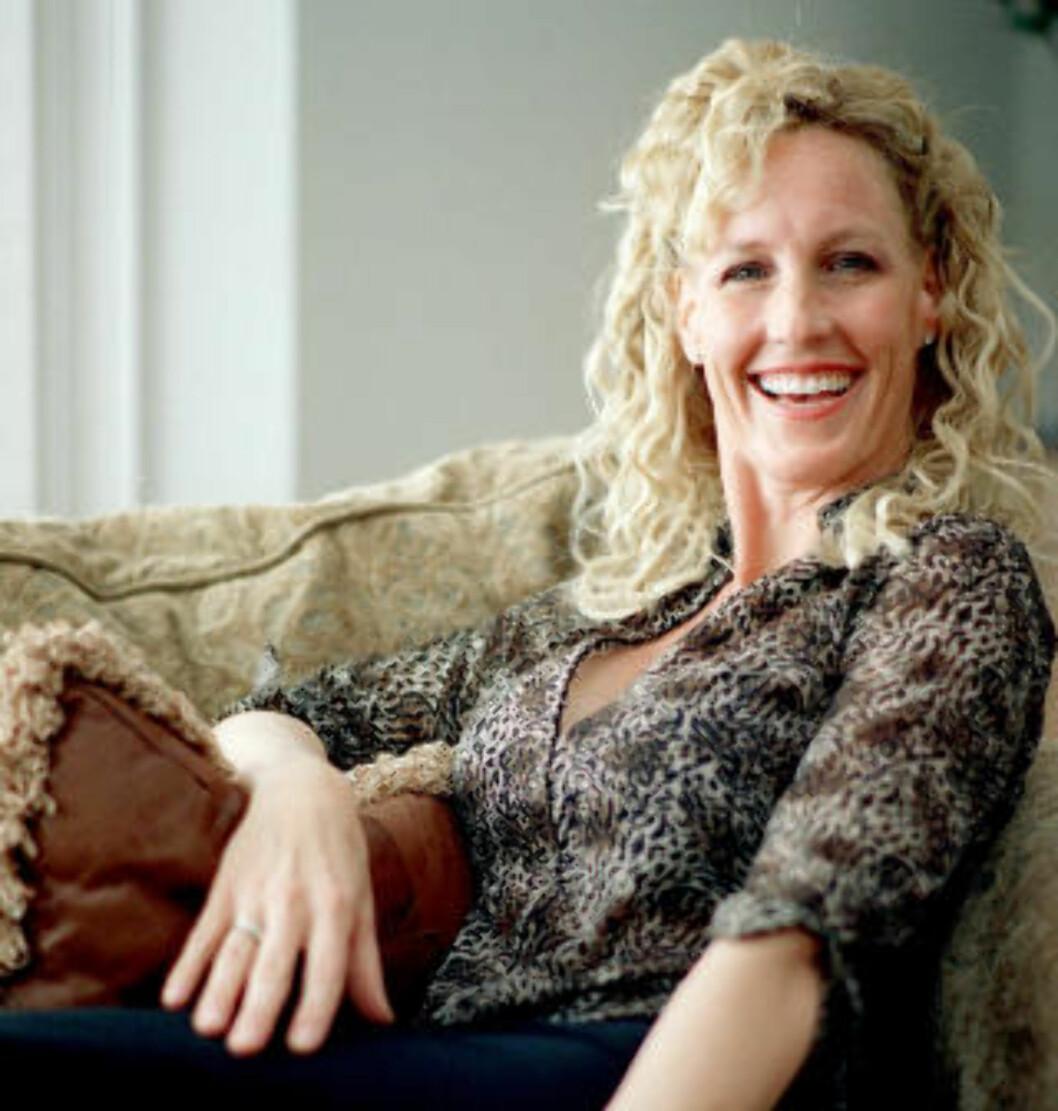 <strong>GLAMORØS:</strong> Erin Brockovich fotografert i sitt hjem i California. Hun skal ha en formue på 42 millioner dollar, og har bygget opp en solid karriere etter den Oscarvinnende suksessfilmen om henne i 2000. Foto: AP Photo/Damian Dovarganes.