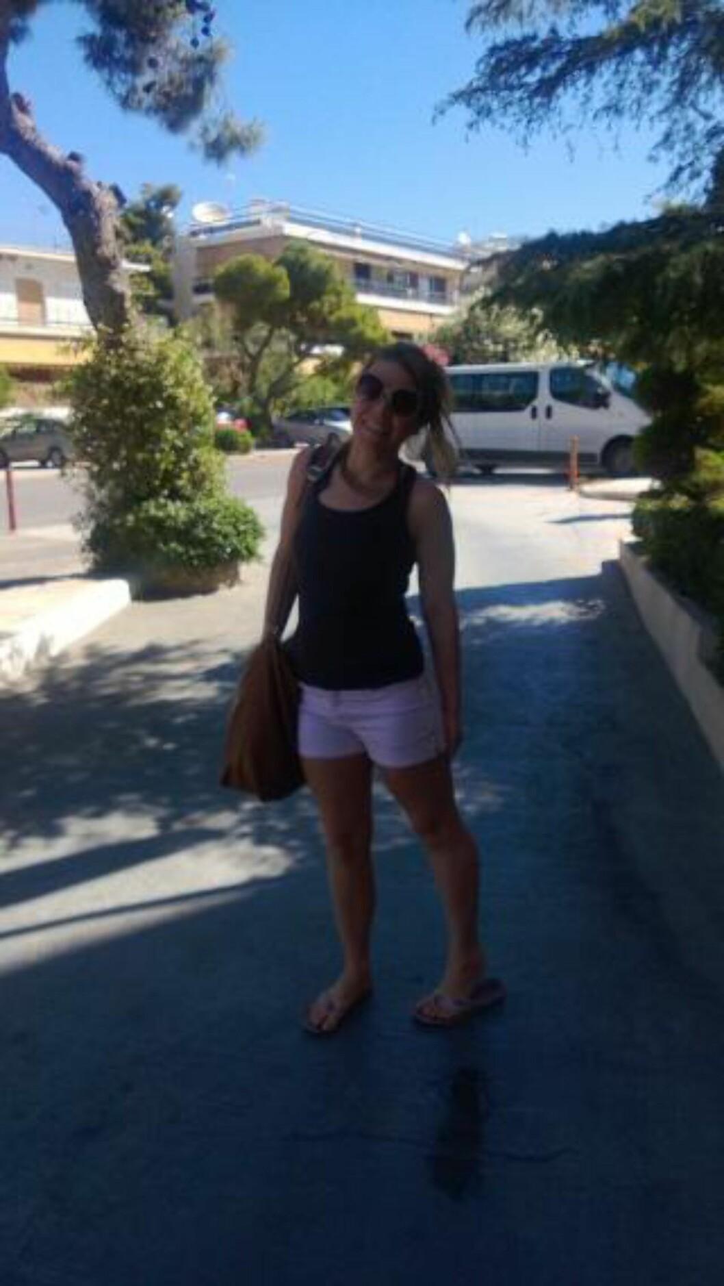 30. MAI:  Monica Barstad utenfor Oasis Hotel & Apartments før avreise med båt til Santorini. Foto: Privat.