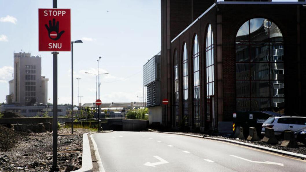 <strong> EN AV FLERE MULIGHETER:</strong>  Dette er en av de fysiske mulighetene til å komme ned i Operatunnelen i Oslo sentrum mot kjøreretningen - hvis du trosser doble rød-skilt og piler rett i mot. I bakgrunnen til høyre Vegtrafikksentralen. FOTO: NINA HANSEN/DAGBLADET.