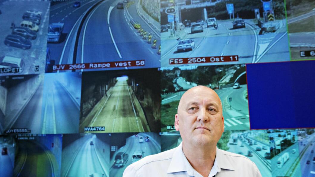 <strong> SÅ POTENSIELL DØDSBILIST I HVITØYET:</strong>  Kontorsjef Kai Gundersen i Vegtrafikksentralen  har sett mange millioner biler kjørte ut og inn av tunneler. Søndag kveld møtte han en varebil på vill ferd i Operatunnelen. FOTO: NINA HANSEN/DAGBLADET.