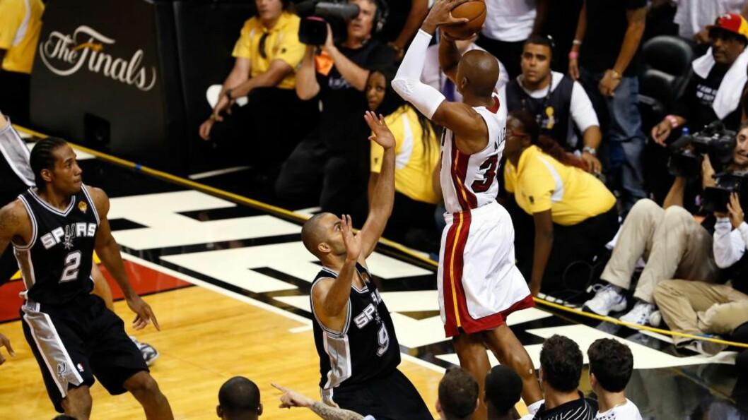 <strong>I SISTE SEKUND:</strong> Miami Heat-spiller Ray Allen (t.h.) setter en trepoenger i sluttsekundet og redder 95-95 etter ordinær tid. På overtid vant Heat og sørget for en sjuende og avgjørende kamp i NBA-finalen. Foto: Kevin C. Cox, Getty Images / AFP / NTB Scanpix