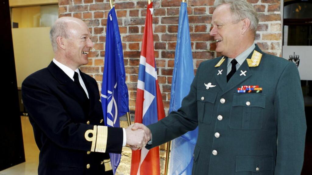 ØVERSTKOMMANDERENDE: Kontreadmiral Haakon Bruun-Hanssen (tv) etterfølger, etter det Dagbladet får opplyst, over som ny forsvarssjef for Harald Sunde. Foto: Forsvaret / Scanpix