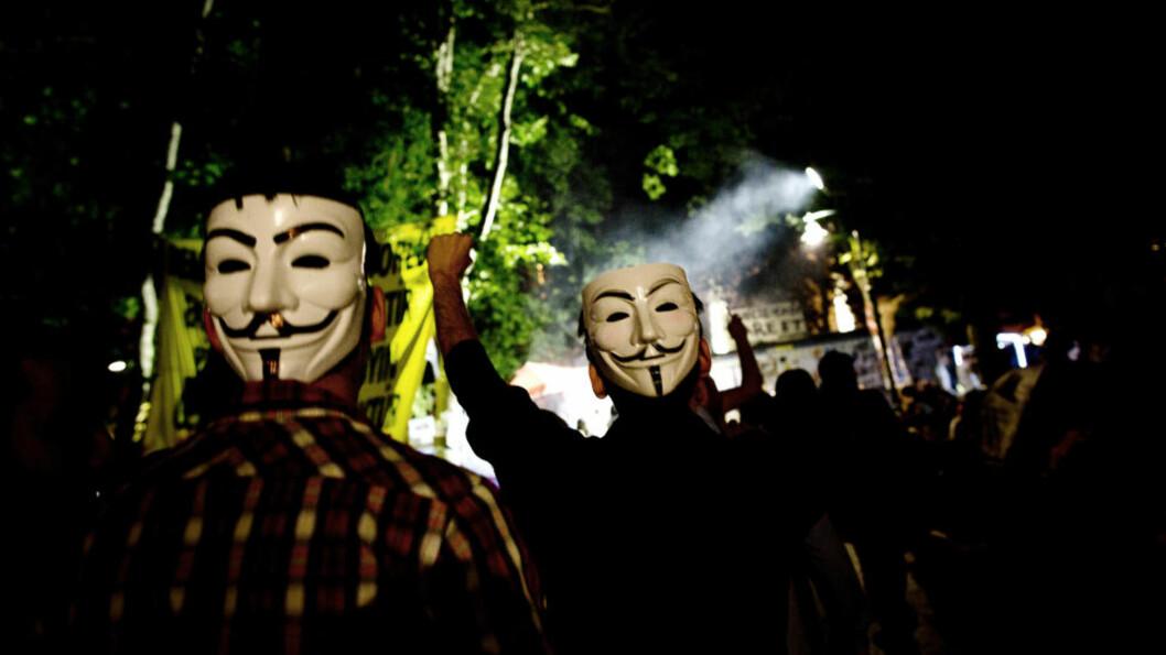 KARNEVAL OG ALVOR: Demonstranter i Gezi-parken ved Taksim-plassen i Istanbul viser sitt sanne ansikt, og makta ryggen. Foto: Tomm W. Christiansen / Dagbladet