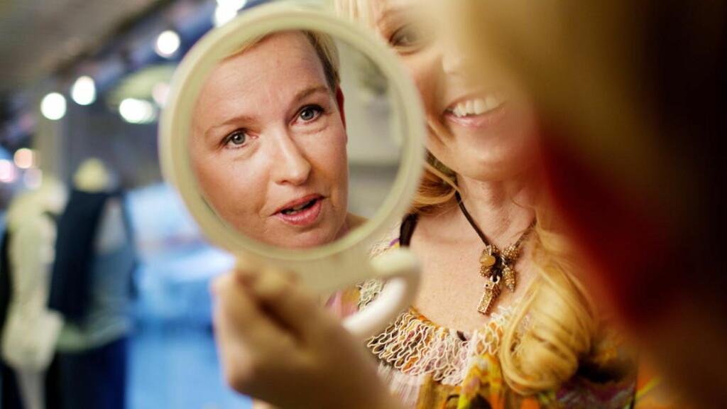 LILLE SPEIL...: Synnøve Sorthe mener mange voksne kvinner trenger bedre selvtillit. Hun bruker sin erfaring som modell, modellmamma og fotograf til å gi medsøstre over hele landet et ekstra løft. Her får Mona Elin Kongsvoll Johansen sminketips. Foto: AGNETE BRUN
