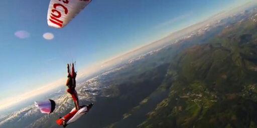 image: Her surfer han på en flygende dame