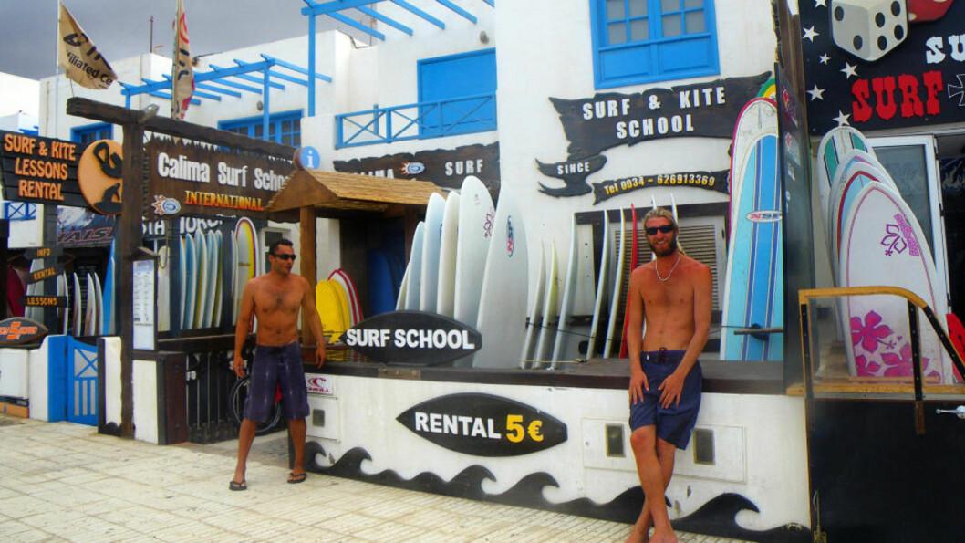 <strong>SURFEPARADISET:</strong> Nå er det surferne som ruler i Caleta de Famara. Tidligere var dette en liten fiskerlandsby. Foto: KIRSTEN MARGRETHE BUZZI