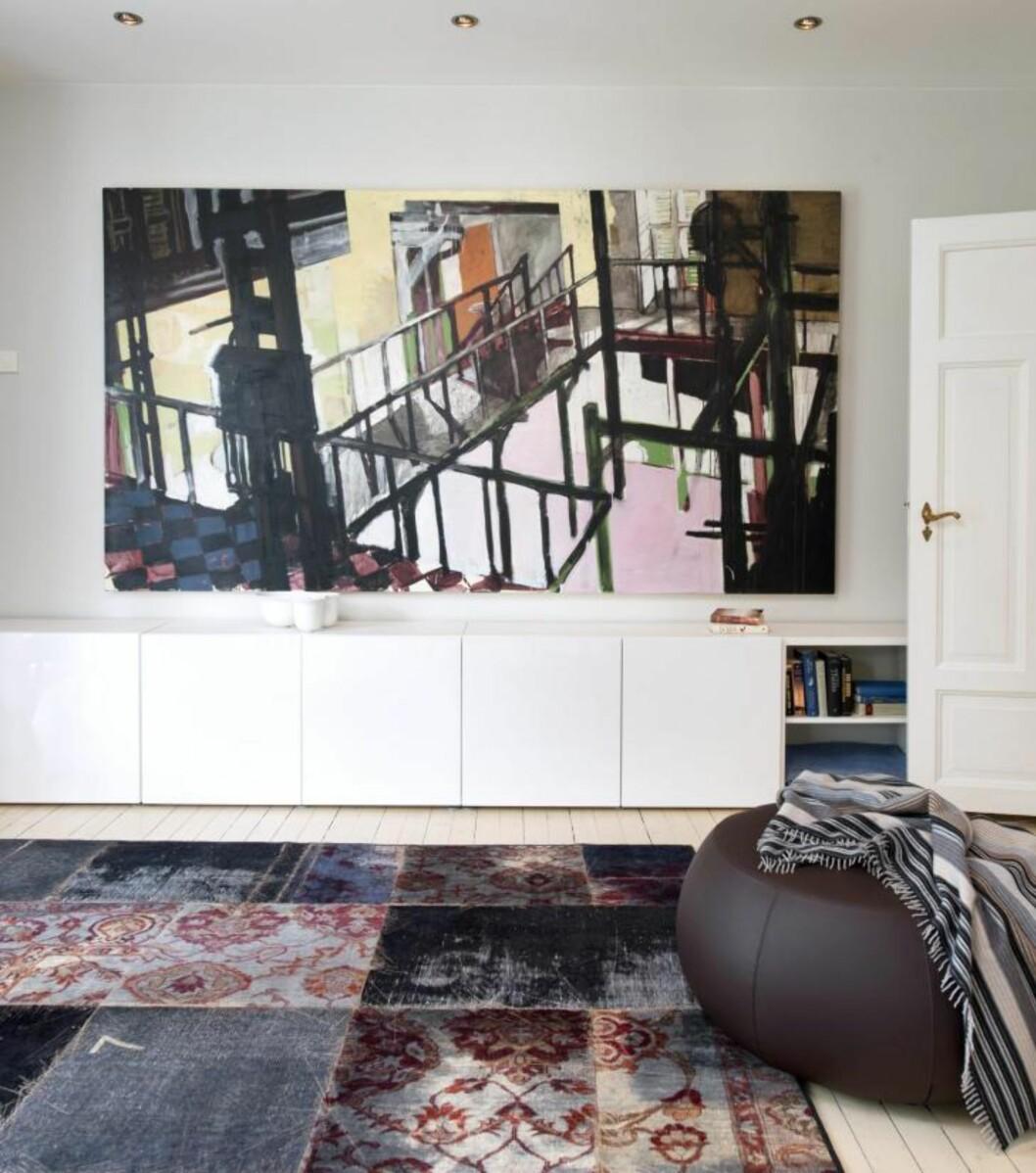 <strong>MALERISK:</strong> Ved siden av hovedstuen ligger tv-stuen som tidligere var soverom. Her har maleriet av Benjamin Bergman fått hovedplass. Teppet fra Mashup fra Kymo, Hole Design, har mye mønster, men er likevel i dialog  med maleriet. Puff Pix fra Arper. Pledd fra Missoni. FOTO: Espen Grønli