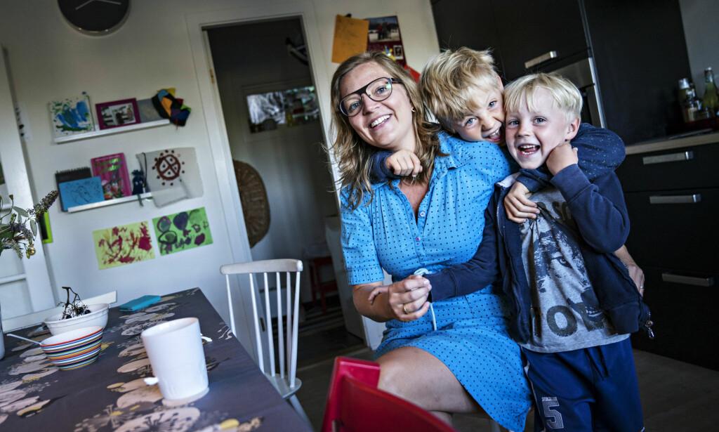 VANSKELIG TEMA: Maria Dalby (37) og mannen har forsøkt å få flere barn uten å lykkes. Maria synes det er synd at hun ikke kan snakke om det uten å bli bedt å se på det positive i situasjonen. - Det må være lov å være trist, sier hun. Her er hun og barna, Dag og Bror, på kjøkkenet deres i Arendal. Foto: Øistein Norum Monsen