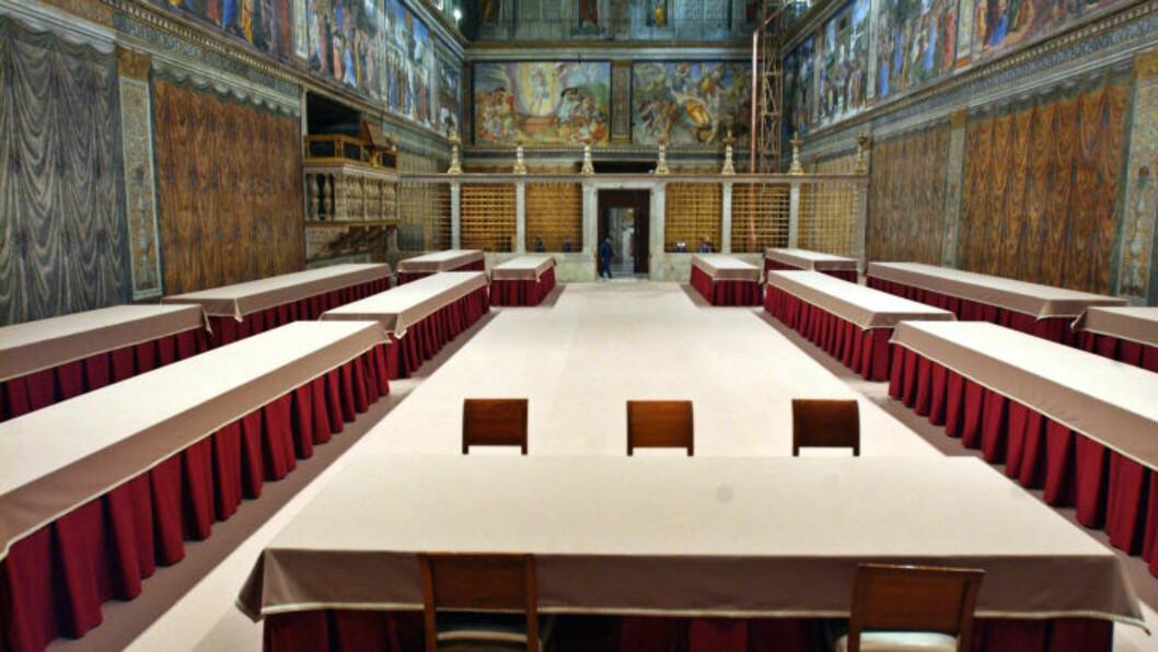 KONKLAVE: Slikk så det sikstinske kapell i Vatikanet ut under forrige konklave i 2005. Ifølge loven i den katolske kirken må kardinalene begynne konklavet for å finne en ny pave før 20. mars. Foto: REUTERS/Osservatore Romano/Files/NTBScanpix