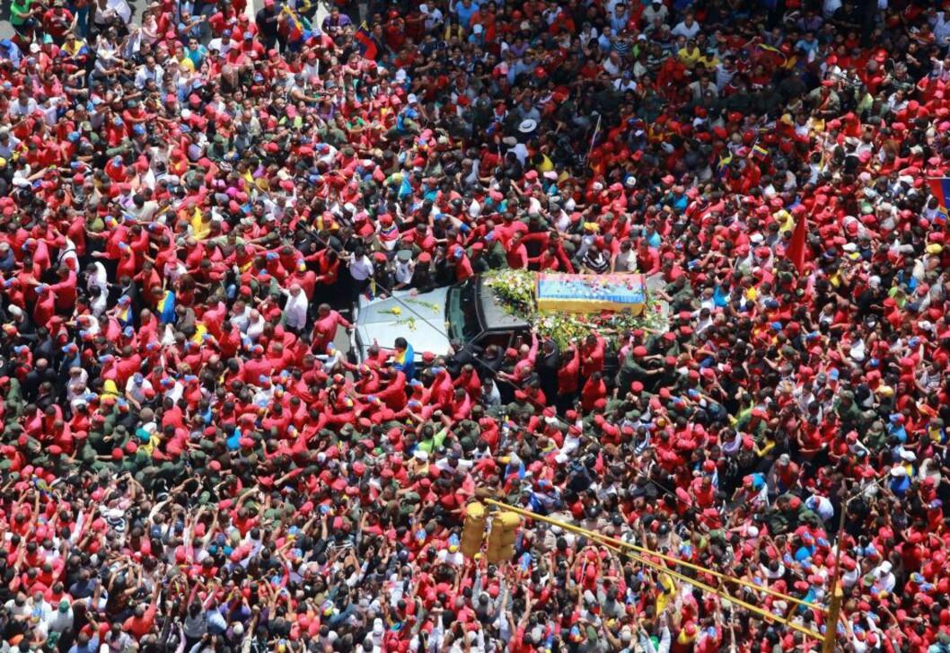 <strong>FOLKETS HYLLKEST:</strong>Kista med de jordiske levningene av president Hugo Chávez ble fulgt av en enorm folkemasse fra Militær-sjukehuset gjennom gatene i hovedstaden Caracas til Militær-akademiet, hvor han nå ligger på likstrå fram til han skal gravlegges fredag. Bildet er utdelt fra presidentpalasset Miraflores. Foto: AFP / Scanpix / PRENSA MIRAFLORES