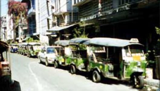 TukTuksjåførene har tatt seg en pause, og hele gaten er full av de snodige taxiversjonene...