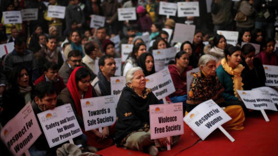 <strong>BRUTAL VOLDTEKT:</strong>  Gruppevoldtekten av 23-år gamle  Jyoti Singh Pandey i Delhi i India førte til at flere hundre tusen mennesker tok til gatene og demonstrerte mot vold mot kvinner. Her minnes indere den døde jenta i januar i år. Foto: AP Photo / Altaf Qadri / TNB Scanpix
