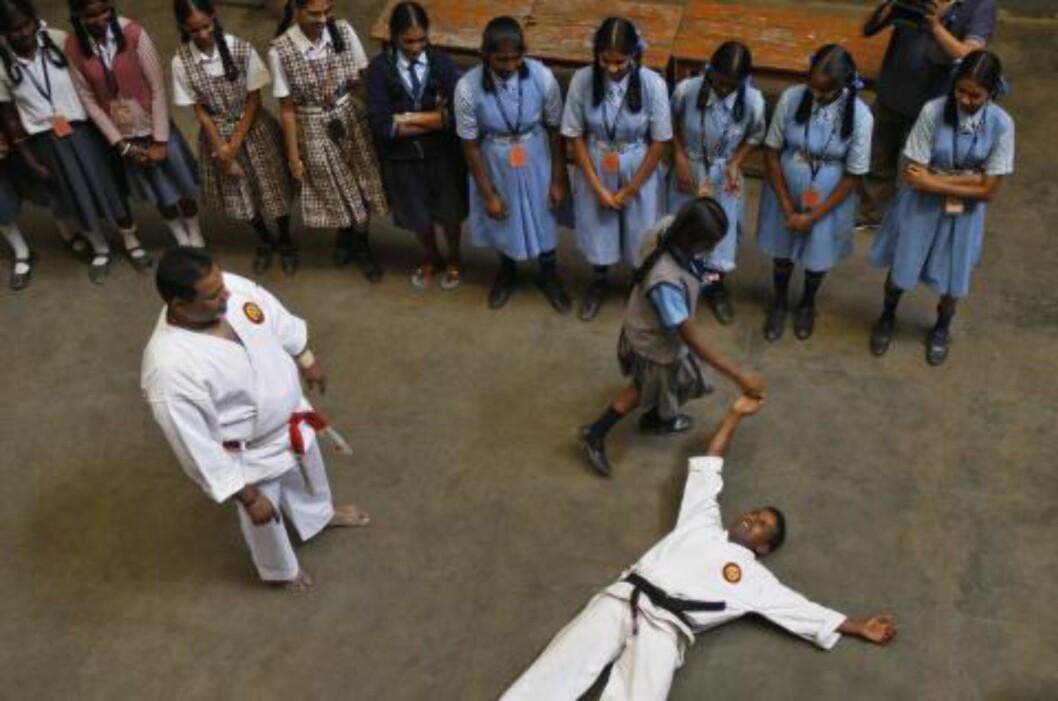 <strong>SELVFORSVAR:</strong>  En skoleklasse med jenter deltar på selvforsvarskurs i Bangalore i India i januar i år. Voldtekten og drapet på 23 år gamle Jyoti Singh Pandey i november har aktualisert spørsmålet om omfanget av seksualisert vold mot kvinner. Foto: AP Photo / Aijaz Rahi / NTB Scanpix