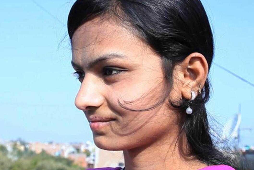 <strong>UTRYGT Å VÆRE HJEMMEFRA ALENE:</strong>  15 år gamle Rehana fra India blir fulgte til skolen av sin far. Flere av hennes venninner har sluttet på skolen fordi i frykt for vold og overgrep. En ny undersøkelse utført av hjelpeorganisasjonen Plan viser at bare tre prosent av 1000 jenter i fem hovedsteder føler seg trygge på offentlig transport. Foto: Plan