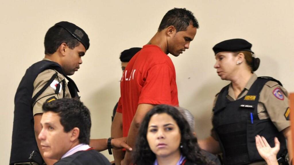 DØMT: Bruno Fernandes føres bort etter å ha blitt dømt for drapet på ekskjæresten. Foto: Renata Caleira / EPA / NTB Scanpix