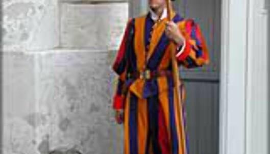 Vaktene ved St. Peterskirken bærer draktene som Michelangelo designet for mer enn 400 år siden.