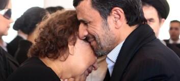 Ahmadinejad får kjeft for å ha klemt mamma Chavez