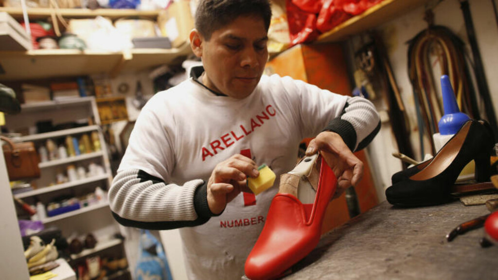 PAVENS SKOMAKER: Antonio Arellano jobber her med en par røde sko til pave Benedict XVI i sin forretning i Roma den 14 februar i år. - Jeg håper også den neste paven vil bli min kunde, sier han til Huffington Post. Foto: Tony Gentile / REUTERS
