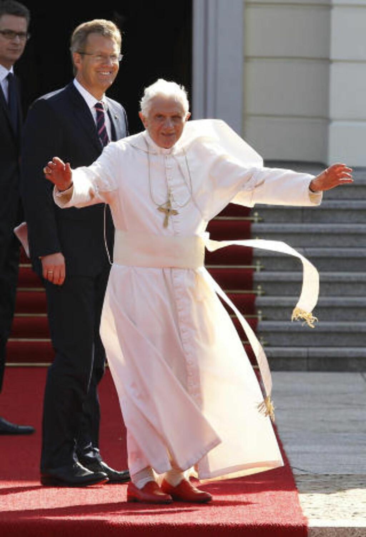 Den tidligere pave Benedict XVI vinker til sine tilhengere, og viser fram sine røde sko, under et besøk i hjemlandet Tyskland i 2011. Foto: Max Rossi / REUTERS