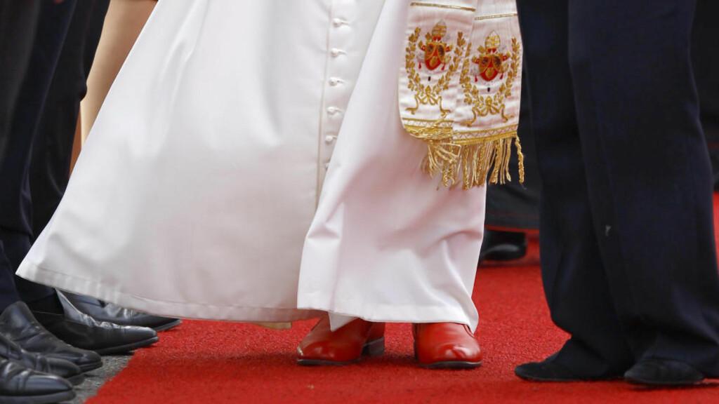 GO, CAT GO: Den abdiserte pave Benedikt XVI, som her tråkker sine røde skinnsko langs den røde løperen utenfor Tegel-flyplassen ved Berlin, tok opp igjen flere klestradisjoner som paver før ham hadde lagt til side. De røde skoenes opprinnelse stammer fra 500 år før kristus. Foto: Kai Pfaffenbach / REUTERS