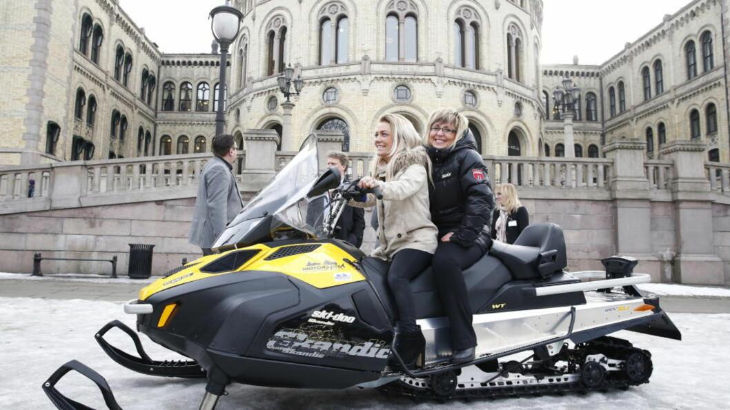 <strong>FLERE LØYPER:</strong> SP-politiker Sandra Borch (lys jakke) og Irene Lange Nordahl tok med seg en snøscooter i en markering foran Stortinget for lokalt styre av motorferdsel i utmark. Foto: Heiko Junge/NTB scanpix.